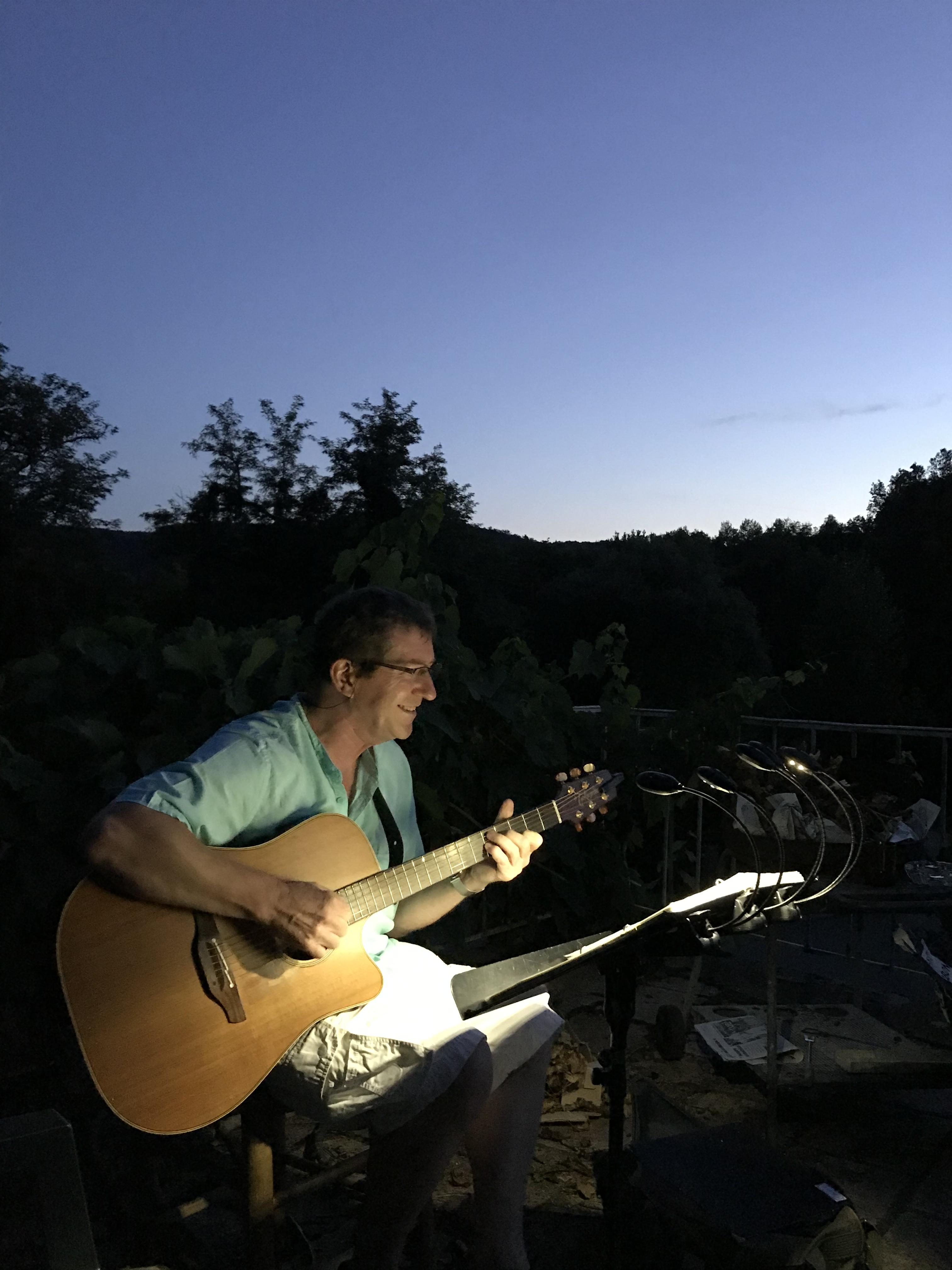 2019 08 08Hervé guitare soirée entre amis